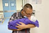 """50岁""""英雄妈妈""""在市妇幼保健院(市二人医)成功产子,泸州籍烈士罗伟有了一个亲弟弟"""